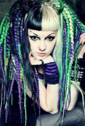 девочка неформал с цветными волосами